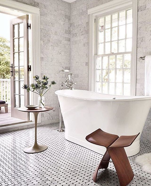 Drømmen er utgang til veranda fra badet. Veien dit er litt lang.. Først må vi bygge inn verandaen nede i 1.etg og lage en hyggelig vinterhage. Så kan vi lage veranda på toppen med utgang fra badet. Så må badet få en skikkelig makeover. Ikke akkurat gjort på 123... Men en dag! Gøy med planer 😊🛁🌿📷 @beckiowens  #palettinterior #baderom #bathroominspo #dreamsdocometrue #interior #interiordesign #interiors #interiør #baderomsinspirasjon #levvakkert #slowdesign #interior123