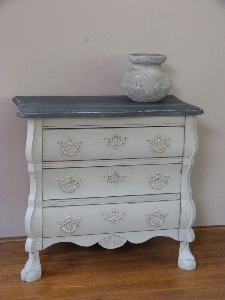 Buikkastje geschilderd met Annie Sloan's Chalkpaint. De bovenkant heeft een leisteeneffect.