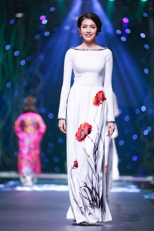 Áo dài của Phạm Hương, Lan Khuê được đấu giá hơn nửa tỷ đồng