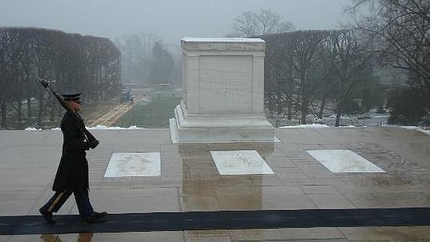 Un oficial honra la tumba del soldado desconocido pese a la tormenta «Jonas» que azota EE.UU.
