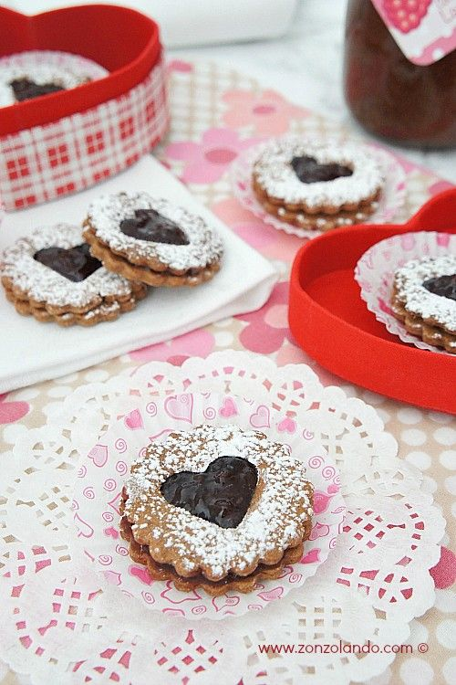Frollini al cacao con confettura di lamponi - Cocoa and raspberry jam cookies | From Zonzolando.com