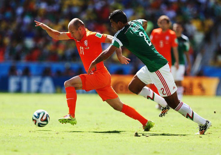 Arjen Robben échappe à Francisco Rodriguez sur le côté gauche.