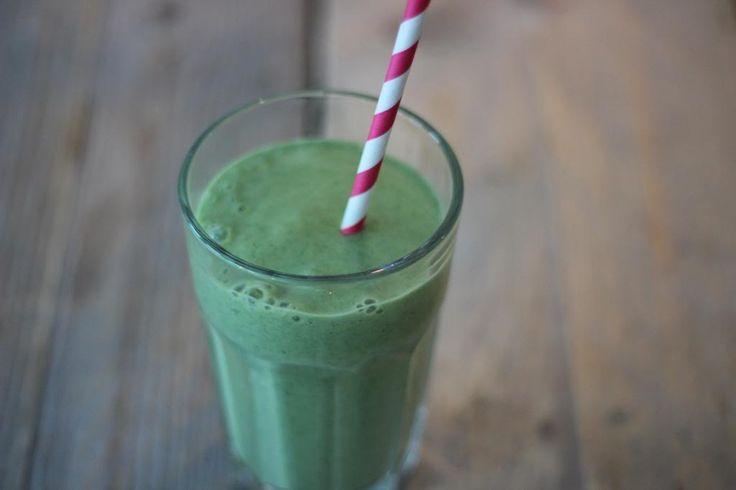 Groene smoothie met banaan en mango - Lekker en Simpel