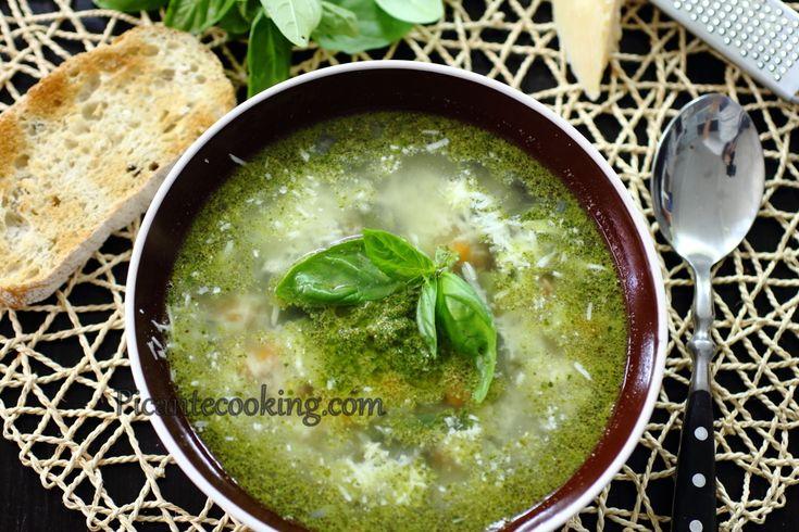 Летняя версия итальянского классического супа минестроне, с цукини, стручковой фасолью и конечно же, щедрой порцией соуса песто.