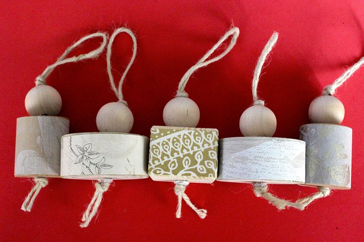 Quintetto di decorazioni da appendere all'albero di Natale, fatte in legno e carte da parati diverse. Come packaging una lanterna di carta! di IlluminoHomeIdeas su Etsy