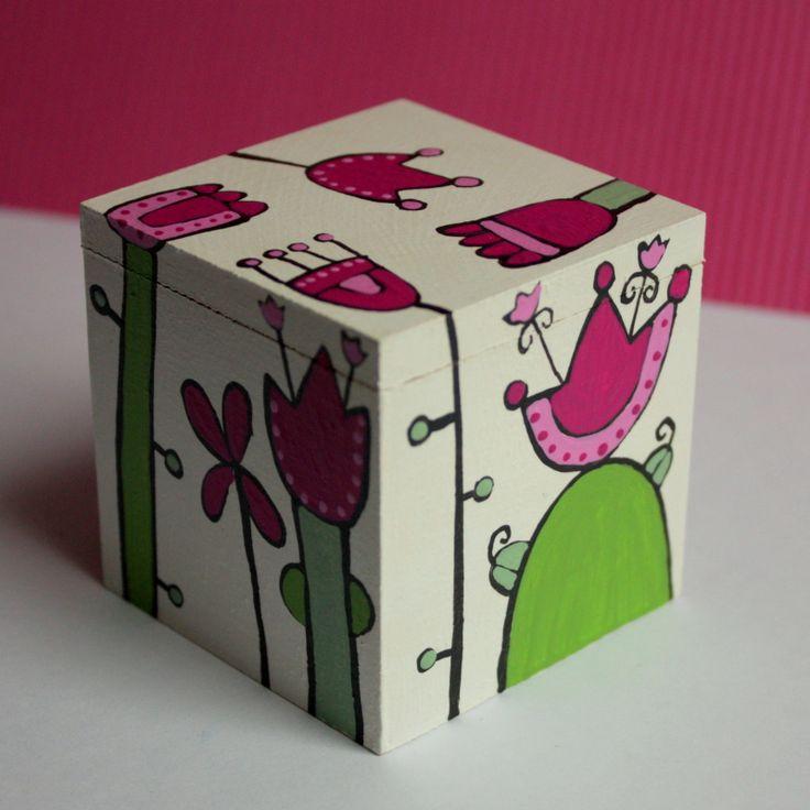 Malovaná krabička na přání Malá malovaná dřevěná krabička orozměrech 6x6x6 cm. Dekorovanáspeciálními barvami, poté několikrát přelakovaná. Snese tedy otření vlhkým hadříkem.