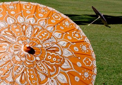 painted parasol tutorial: an inexpensive 5 dollar Hobby Lobby parasol + black marker and white paint = FAB!
