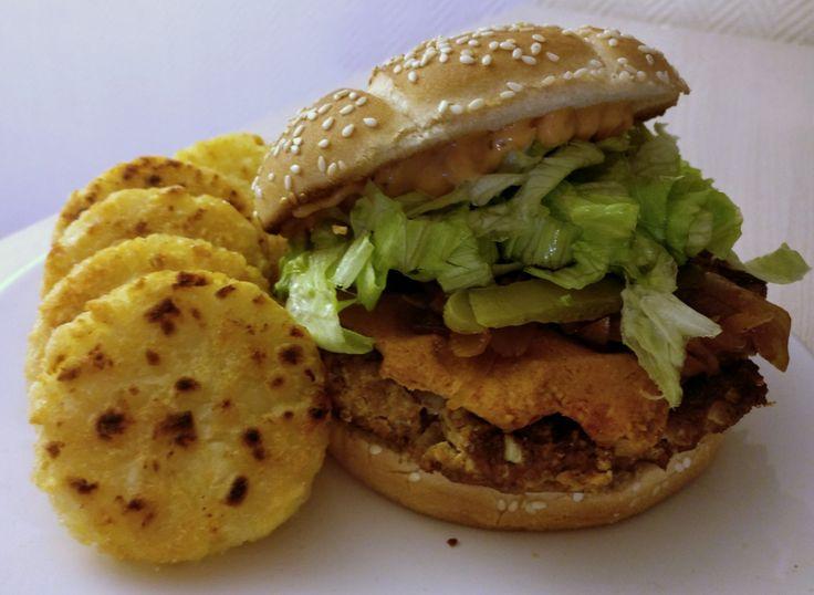 Burger avec steak de tofu aux oignons + cheddar vegan (noix de cajou, levure maltée, paprika, agar agar) + oignons caramélisés dans de la sauce barbecue + cornichons + laitue iceberg + sauce burger // Rosties