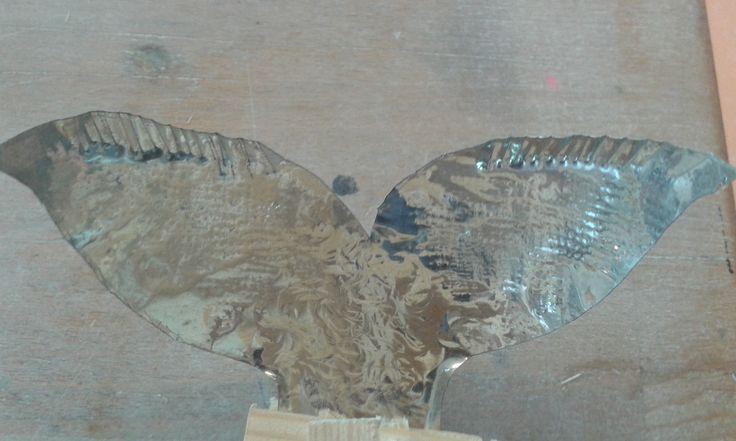 Dit is de vin van mijn vis. Im heb het bewerkt met vormen van ijzer zoals een steeltje. Ik moet er nog olievlekken op plakken en maken.