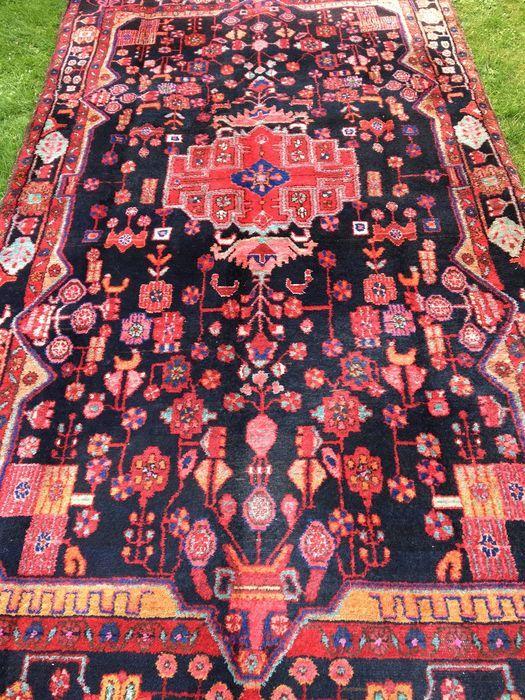 Provincie: Hamadan Gemaakt in Iran Highland wol uit 1960 Ongeveer 160.000 knopen per vierkante meter Tapijt afmetingen: 153 x 286 cm  Met 100 procent natuurlijke planten Kleurstof.  Collector's item voor de liefhebbers van de zwarte.   In sehr gutem Zustand wie Sie im Bild sehen.