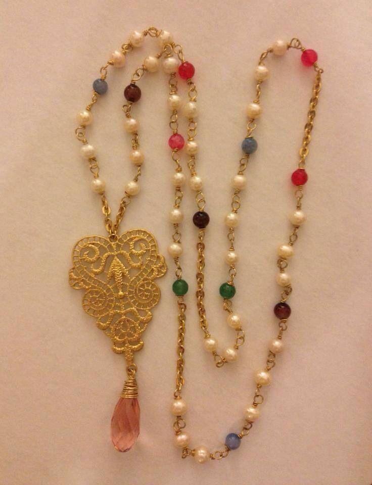 Collar con dije estiló filigrana gota y perlas en chapa de oro $650.00