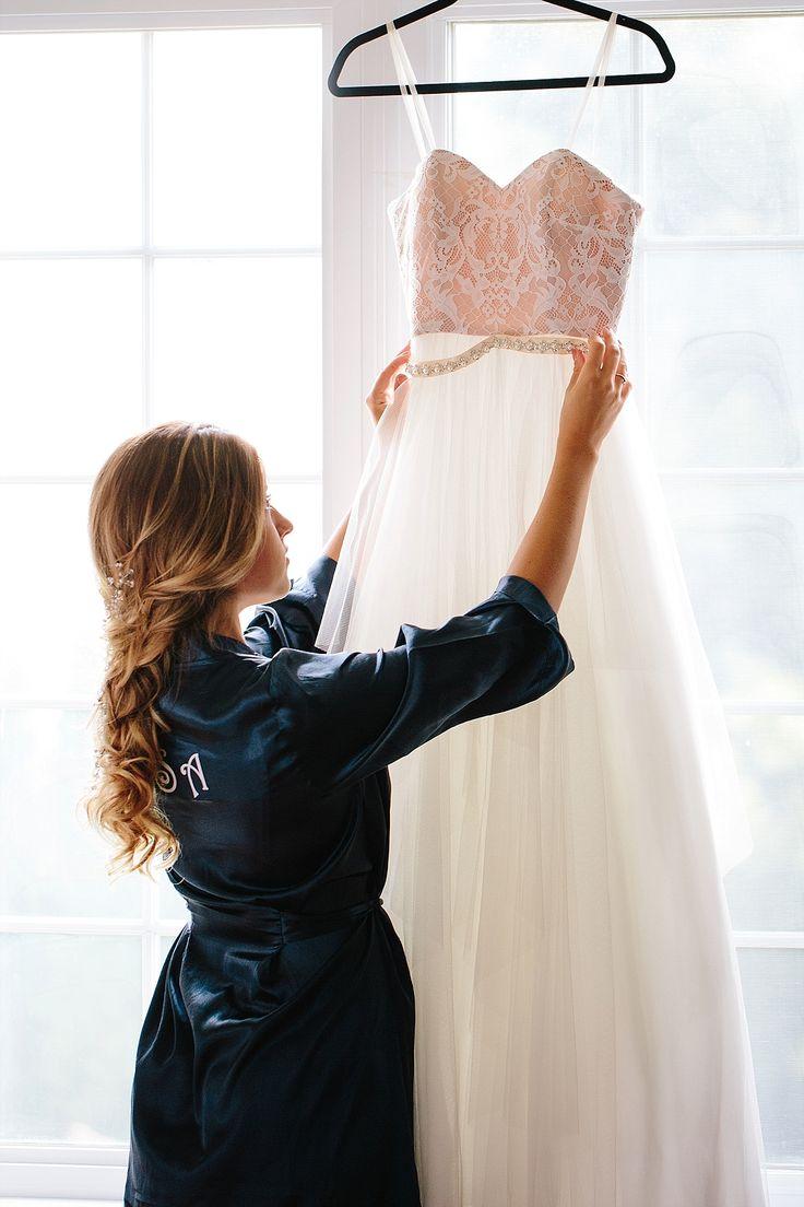 mariée qui place sa robe