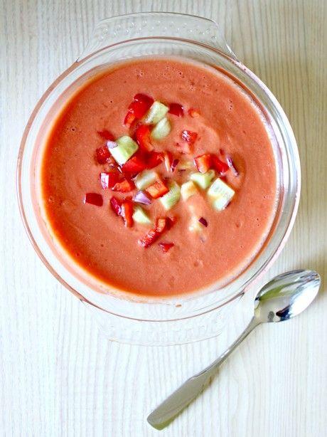 GAZPACHO    1 kg. de tomates maduros  1 pepino  1 pimiento verde  1 pimiento rojo  1 cebolla  1/4 de ajo  Aceite de oliva virgen extra  Vinagre  Agua