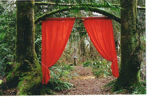 colgar cortinas rojas en el patio y dejar que los niños creen su obra de teatro