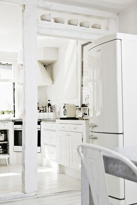Valkoistakin valkoisempi keittiö / all-white kitchen / kuva/pic: Morten Holtum - like the idea of plastering beams that can't be removed but aren't terribly attractive.