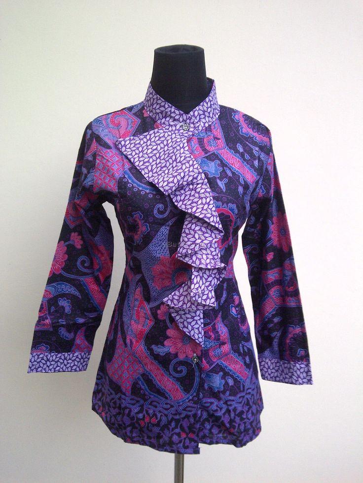bagaimana jika Anda mengaplikasikan beberapa model baju kerja batik wanita di bawah ini sebagai refreshment pekerjaan Anda