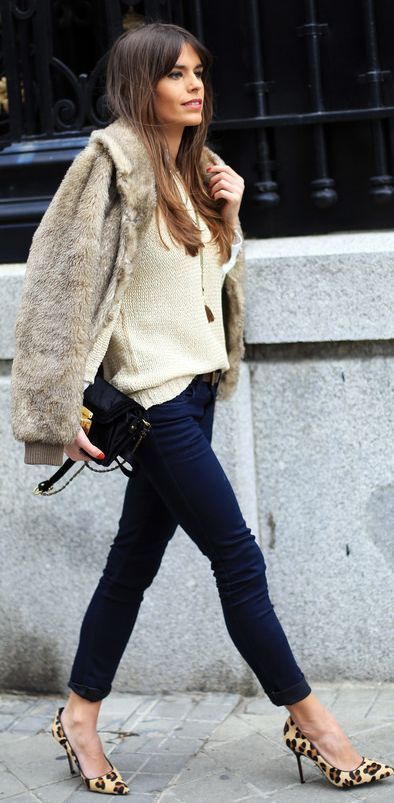 scarpe leopardate con tacco e jeans stretti