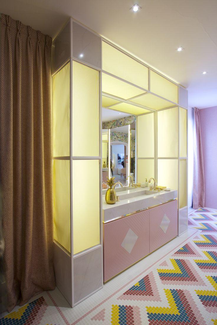 Silestone Eternal Statuario application on the washbasin and shower of this bathroom designed by Nuria Alía Studio for Casa Decor 2017 is able to awake our senses. #CasaDecor2017 #interiordesign