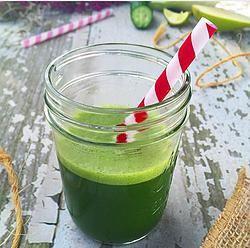 Yeşil Detoks Bu sabah güne yeşil detoksla başlayın. Yeşil elma , maydonoz ve yarım yeşil limonu(lime) bardak su ile blender da çekin suyunu süzün ve gün içinde ihtiyacınız olan bütün vitaminleri bir bardaktan alın. Yeşil limon (Lime) C, B1, B2, B3, Keroten, Kalsiyum gibi çeşitli vitamin ve mineraller açısından zengin bir meyvedir. Fitown Training'de bir çok detoks ürünü sizleri bekliyor. #detoks