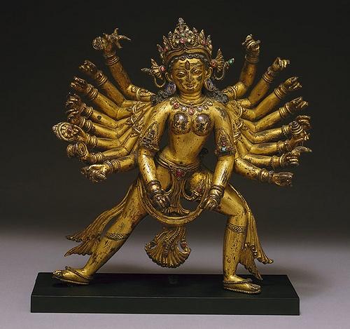 La Diosa Durga-siglos 14 al 15-Nepal. Esta es una de las mejores representaciones de la diosa Durga nepalí conocidas. Los dieciocho brazos armados de la diosa hindú Durga, una de las caracterizaciones de la gran diosa Devi, quedan representados en el acto de matar al demonio Mahisha. Después de que los dioses habían sido derrotados por el todo poderoso Mahisha, crearon a Druga para utilizarla como defensora y le entregaron sus armas...