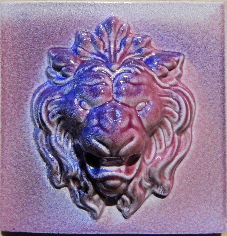 """Рельефная изразцовая плитка, выполненная в технике """"Хамелеон"""". #изразцы #лев #рельеф #керамика #плитка"""