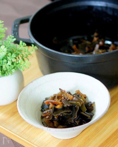 旬のゴーヤを昆布で佃煮風に煮込みました。実山椒をたっぷり入れ大人の味です。  お酒のおつまみにもご飯にもぴったりです。