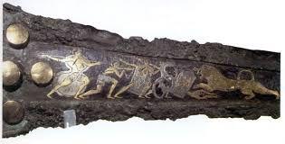 PUGNALE- pugnale con raffigurata la caccia al leone in bronzo ageminato d'oro e d'argento, II millennio a.C, trovato a Micene nel cerchio A tomba 4 e oggi conservato al museo archeologico di Atene