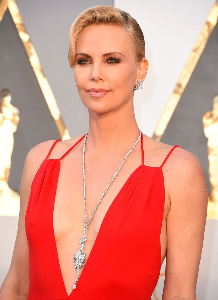 How to Wear the Sparkling Sautoir Like Charlize Theron