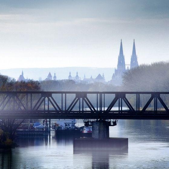 Regensburg - Der Eiserne Steg im ersten Nebel.  Regensburg - the Iron Bridge in the first fog.: