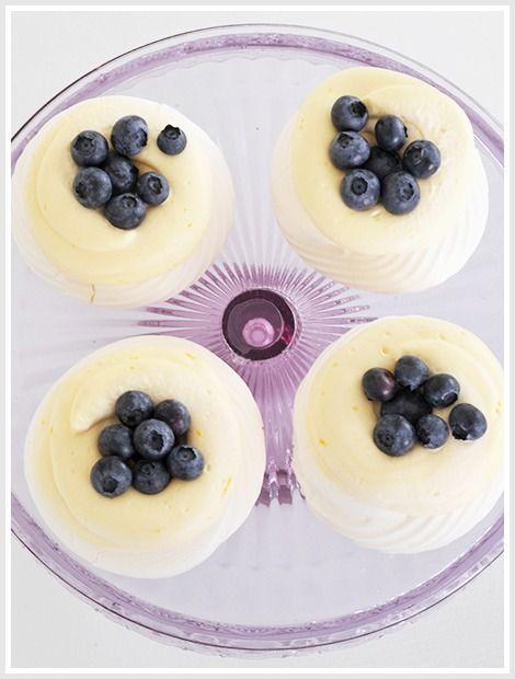 Minipavlova med sitronkrem og blåbær
