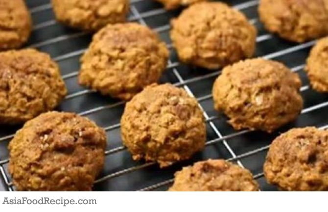 You can make this yummy, raw, oatmeal, cookies quickly using a food processor and a dehydrator. It is a tasty snack for any raw foodie with an oatmeal or cookie craving