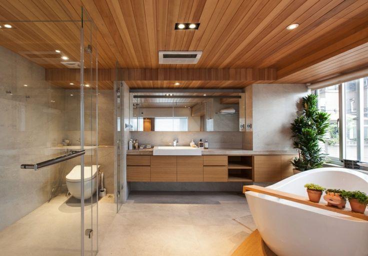 Modernes Badezimmer mit Holzdecke und Hängeschrank aus Holz ...