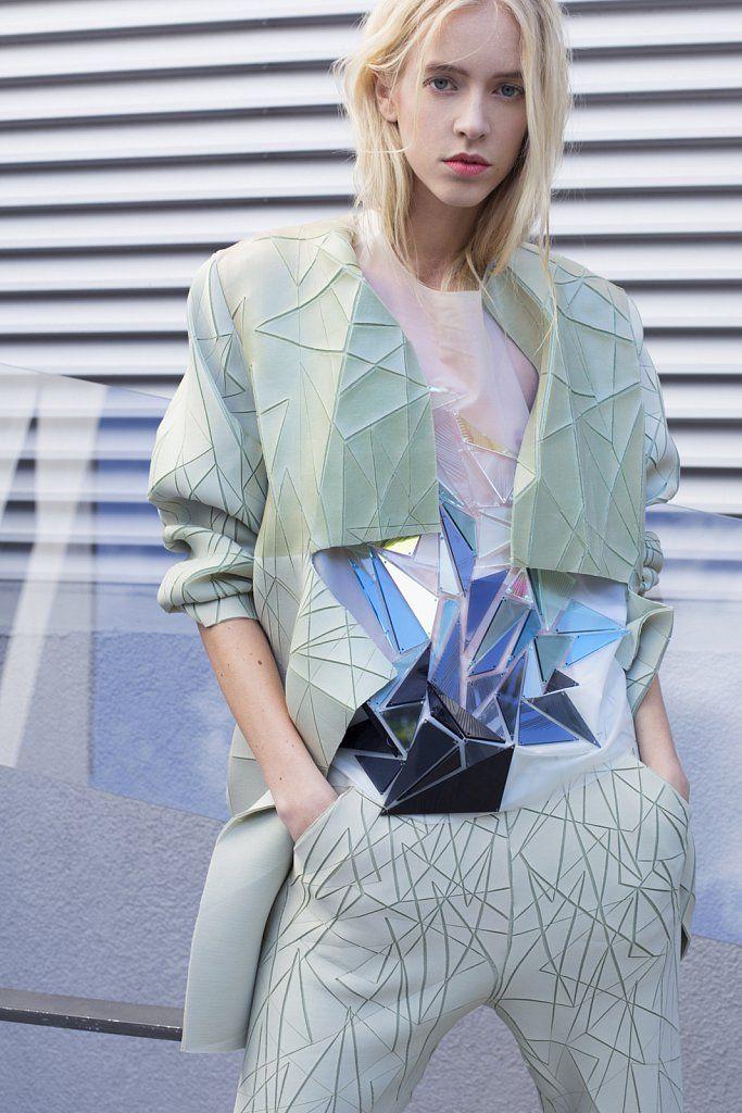 Très beau travail des matières par la designer Lena Voutta, installée à Berlin. Mélangeant techniques traditionnelles et innovation, sa collection Ice nous invite dans un univers futuriste aux mati…
