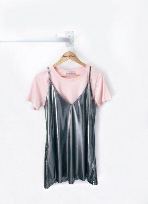 Procurando um vestido incrível para usar em uma festa especial?    Nosso Vestido é feito em tecido metalizado gostoso e macio    Pode ser usado com camisetinha por baixo (para as mais modernas) ou somente ele com decotão V (para as ousadas)    Pra você Brilhar MUITOOO!!!    :)    Medidas:    VESTIDO              TAMANHO     BUSTO     ALTURA     BARRA                   PP     88     81     120             P     92     83     124             M     96     85     126             G     100…