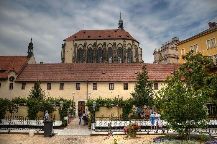 klášter františkánů s kostelem Panny Marie Sněžné (Praha, Karmelitánský klášter založen Karlem IV. v r. 1347. Komunita od husitských válek strádala, definitivně zanikla r. 1543. Od r. 1603 zde sídlí františkáni (s přestávkou 1950–90). Klášterní budovy stojí zčásti na místě nedokončeného trojlodí kostela.)