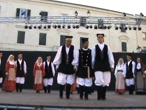 One hundred years old dancing at Sardinian Cavalcade: Le sette vite di Z...