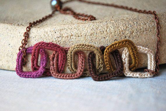 Lavanda y marrón Crochet cuadrado enlaces collar  por LavenderField