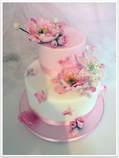 Cos'è per voi la fantasia di peonie? Secondo me è una torta di due piani: il primo è una torta vera, 25x10, ricoperta con pasta di zucchero bianca, il secondo piano un dummy dell'altezza di cm 15 x 10, ricoperto di pasta di zucchero rosa. Con la bordatura di un nastrino di raso rosa di 3 cm...