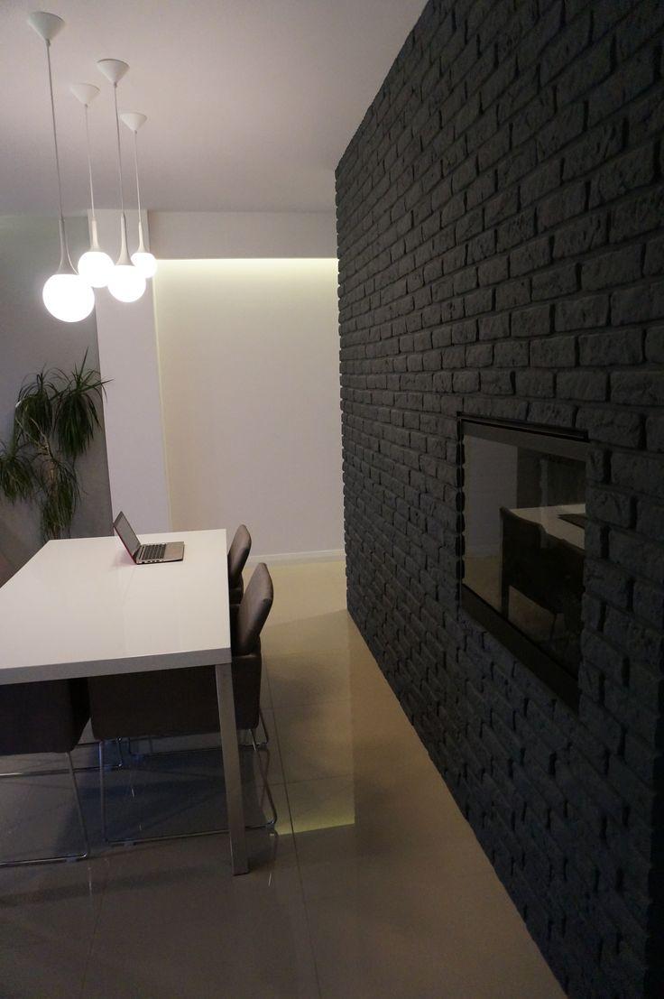cegła na ścianie malowana na czarno , kominek elektryczny z ścianie www.atoato.pl