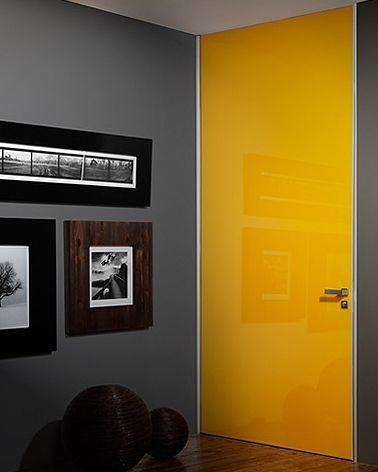 A cor Giallo, umas das várias opções de tons de #vidro da Cinex, reluz na #porta de passagem #Feltre, marcada por uma única superfície, sem intervenções de travessas. O modelo ainda permite a aplicação de duas cores (uma na frente e outra no verso da porta). Garantia de #versatilidade para o seu #projeto! #amarelo #portadepassagem #arquitetura #architecture #interiors #design