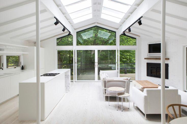 Red Dirt Road - дом, расположенный в Ист-Хамптон (Нью-Йорк), был спроектирован архитектором и дизайнером Эми Олсоп. Чистый белый интерьер выходит на озелененный двор.