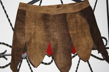 Lederrock mit Zipfeln. Aus braunem und rotem Leder.