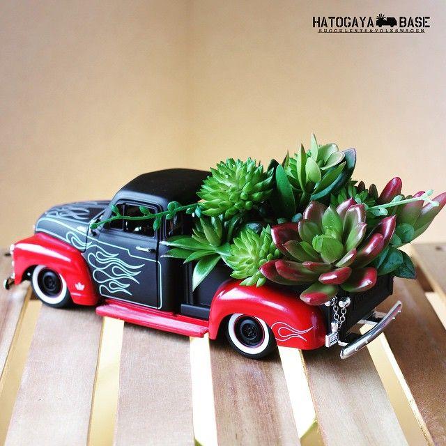 SCN出店用に制作した古いシェビーの寄せ植えをリリースいたしました。これはフェイクの多肉植物を使っていますので、日陰に駐車しても大丈夫なお手入れの必要がない寄せ植えです。イベントで展示した際も「これ造花なの?!」と驚かれるほどリアルな出来の植物を選んで寄せています。日の当たらない玄関やガレージにオススメです! #scn2015 #chevy #chevytrucks #chevytruck #hotrod #diecastcars #succulent #succulents #succulove #succulentlove #多肉 #多肉植物 #寄せ植え #多肉寄せ植え #ミニカー #造花 #ハンドメイド #男前インテリア #世田谷ベース