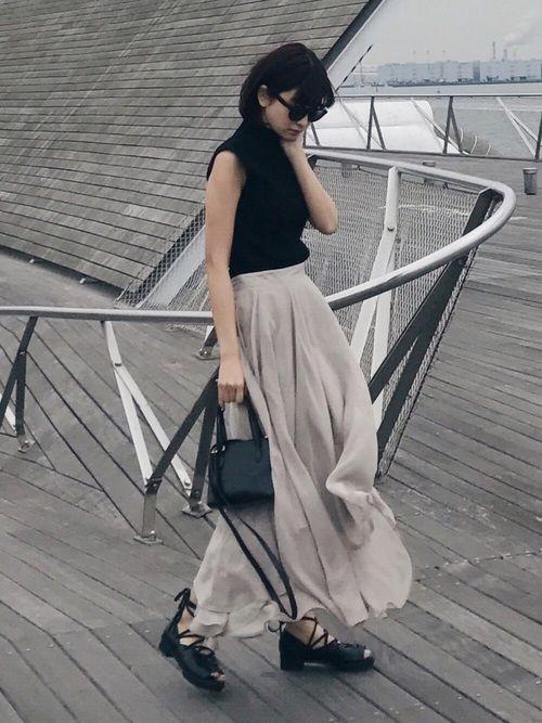 たっぷりのシフォン素材を使用した ラッフルロングスカート。 一見シンプルなデザインながら 全体のシルエットを出す為に複雑な カッティングで構築し、裾のデザインに 凝った一枚です。 腰からストンと落ちるラインで スタイリッシュに、裾にボリュームを 持たせて歩くたびに揺れる シルエットが印象的。 tops.SWELL NECK KNIT TOPS shoes.LACE FLAT SANDAL トップスとシューズは 16日 0:00〜 SHEL'TTER WEB STOREで販売開始です♡ 春間違いなく使えるアイテムなので 是非チェックしてみてください☺︎