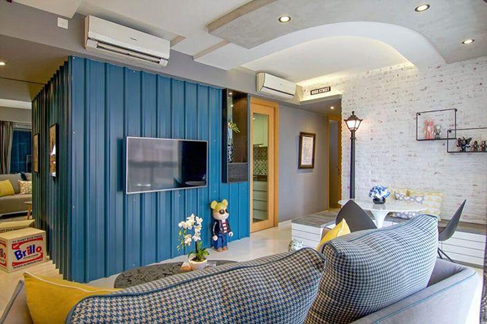 Este apartamento pequeno possui uma decoração cheia de vida. Os arquitetos da KNQ Associates misturaram elementos modernos e alegres a detalhes da paisagem