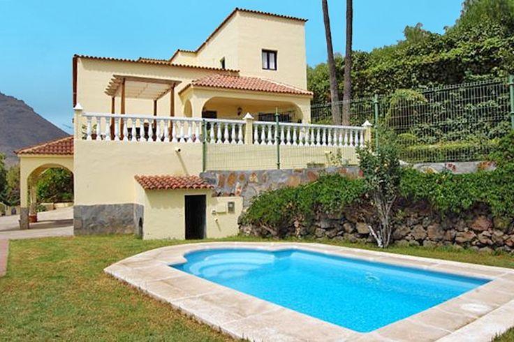 Description: Grote rustig gelegen villa met 4 slaapkamers veel privacy en eigen zwembad Rust en privacy Heerlijk die privacy en die rust in Villa la Serenidad bij Arona in het zuiden van Tenerife. En prachtig die tuin vol fruitbomen. Daar kun je metje gezin heerlijk een weekje zon pakken. Al is het midden in de winter heb je daar in het zuiden van Tenerife goede kans op. Er zijn wel 4 slaapkamers er is een volledig ingerichte keuken uiteraard een wasmachine een comfortabele huiskamer en een…