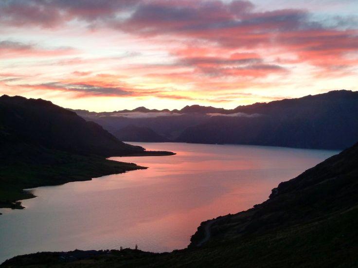 """Morgenstimmung am Hawea See: Die Gäste von Mike suchen das, was er """"Boystuff"""" nennt - auf Jagd gehen, fliegenfischen, Jetboot-Touren."""