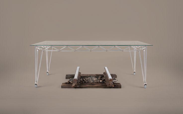 Der Bridge Tisch ist ein 3 verschiedenen Größen erhältlich und kann als Besprechungs-, Konferenz-, Ess- oder Schreibtisch genutzt werden.