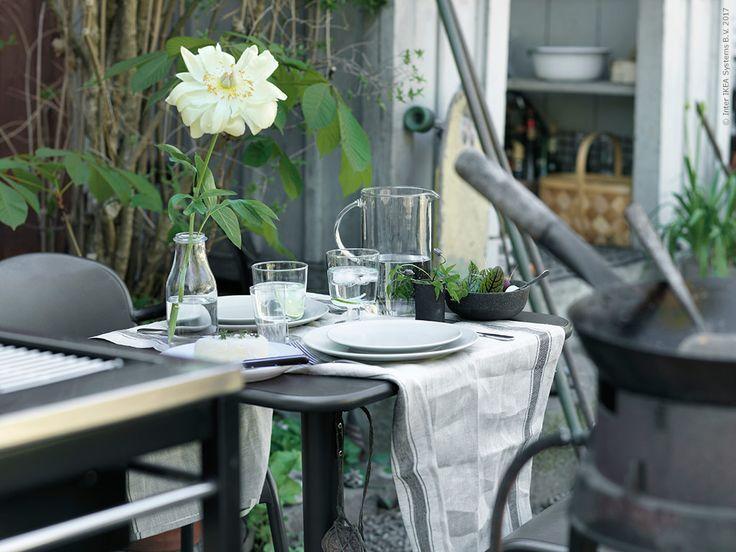 Duka fint och ledigt med VARDAGEN handdukar i lin, DINERA tallrik och assiett och det fina matta besticket GLASYRER. TUNHOLMEN bord och två stolar, VARDAGEN kökshandduk i linne, DINERA servis, GLASYRER bestick, IKEA 365+ bringare med lock, IKEA 365+ vinglas, ENSIDIG vas, KLASEN kolgrill med rullvagn.