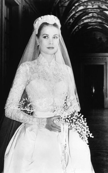 Grace Kelly inspirou Sarah Burton na hora de criar o vestido de noiva de Kate Middleton, que se casou com o príncipe William em 2011 a bordo de um lindo Alexander McQueen